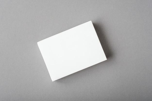 Conceito de modelo, layout em branco branco no fundo cinza final