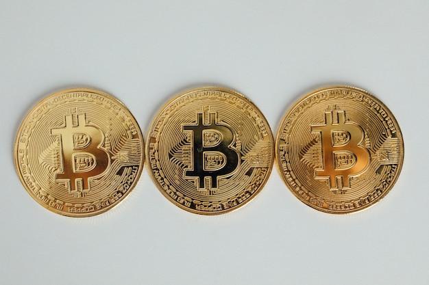 Conceito de moeda de criptomoeda. moeda de bitcoins de ouro isolada no fundo branco. dinheiro bitcoin. moeda de criptografia bitcoin, btc.