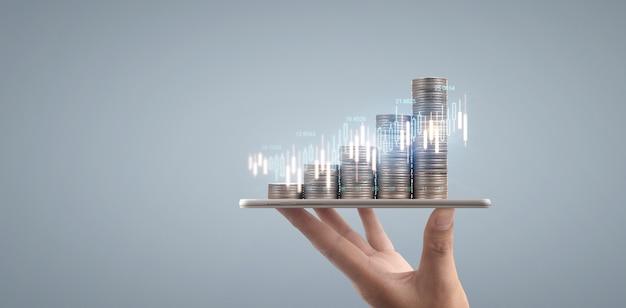 Conceito de moeda e riqueza. muito dinheiro em vidro representando tablet digital