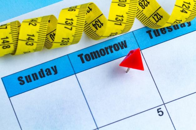 Conceito de motivação. planejando uma dieta, esportes, trabalhando consigo mesmo para o seu desenvolvimento, saúde e sucesso a partir de amanhã.