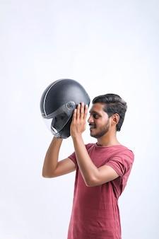 Conceito de moto jovem com capacete preto sobre fundo branco. Foto Premium