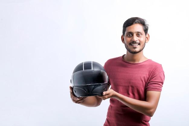 Conceito de moto jovem com capacete preto sobre fundo branco.