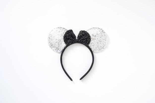 Conceito de mouse 2020. faixa de orelhas de rato de prata isolado com laço preto. feliz ano novo