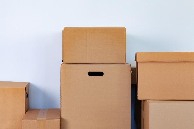 Conceito de mudança de casa com caixas de papelão empilhadas em uma sala