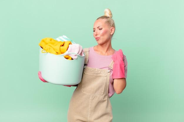 Conceito de mulher loira e bonita se sentindo estressada, ansiosa, cansada e frustrada lavando roupas