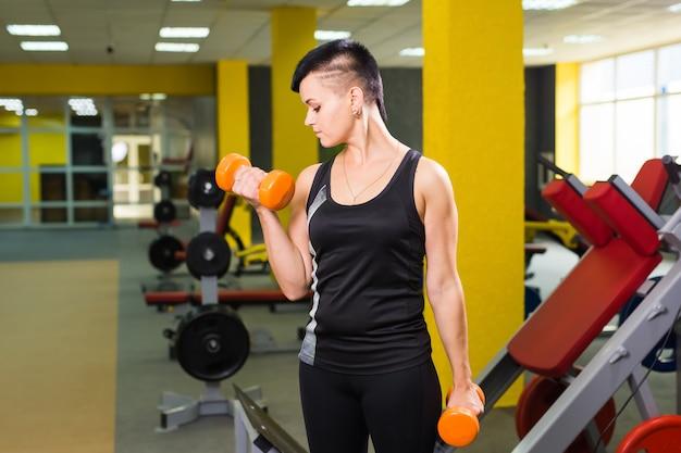 Conceito de musculação, academia, pessoas e esporte