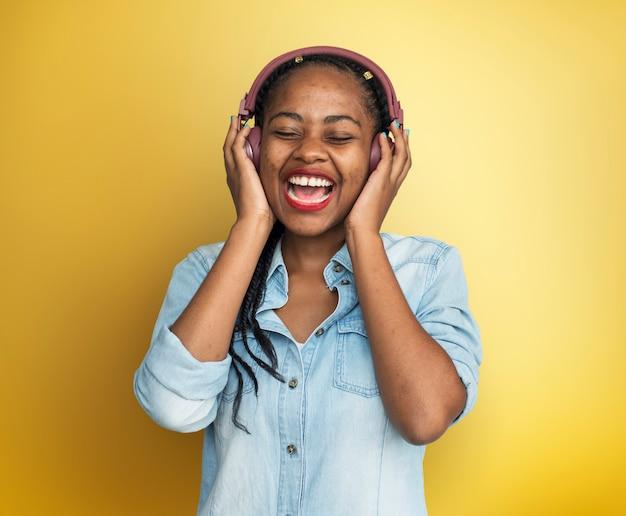 Conceito de música casual estilo de vida de fones de ouvido de mulher africana