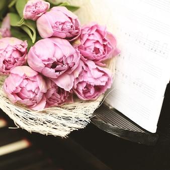Conceito de música de parede romântica de flores delicadas