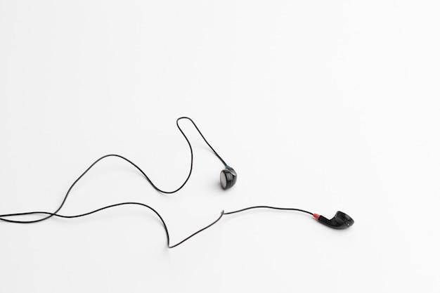 Conceito de música digital fones de ouvido isolados