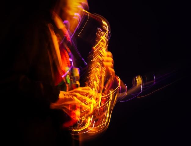 Conceito de música jazz. saxofonista no palco. saxofonista enlouquecendo. imagem borrada do movimento abstrato.