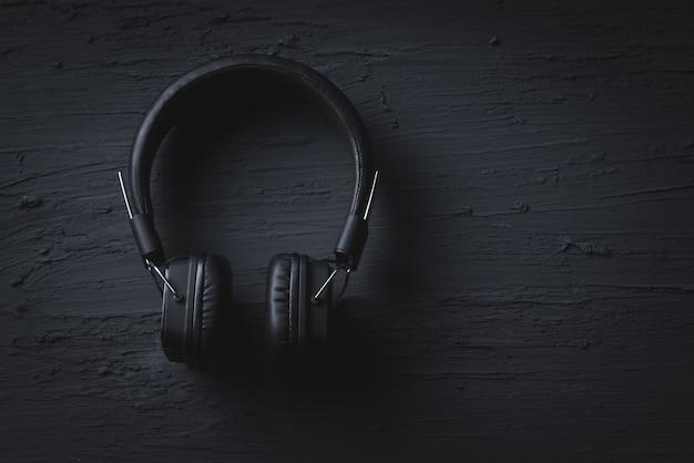 Conceito de música relaxante, fone de ouvido em textura escura