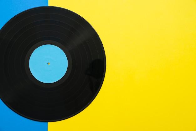 Conceito de música vintage com vinil e espaço à direita