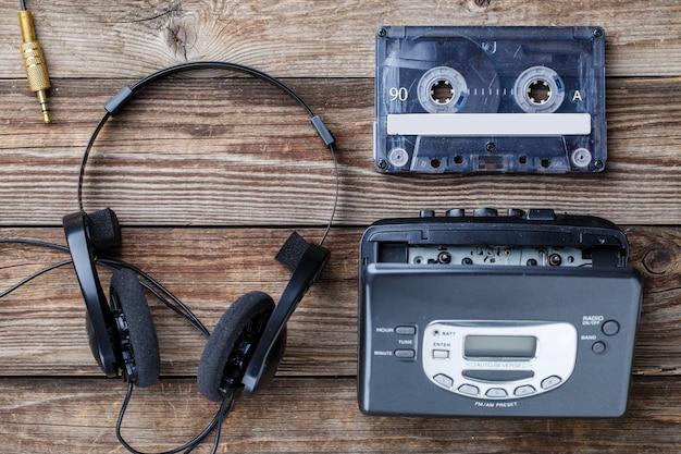 Conceito de música. vista superior da fita cassete, reprodutor de áudio e fones de ouvido.