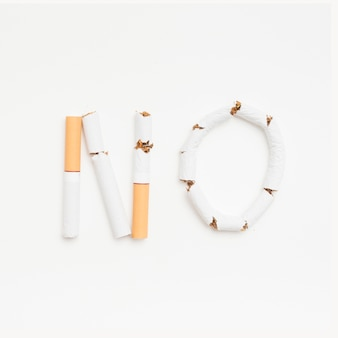 Conceito de não fumar acima de pano de fundo branco
