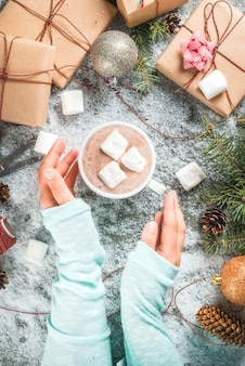 Conceito de natal, cena de mesa com neve, galhos de árvores de natal,