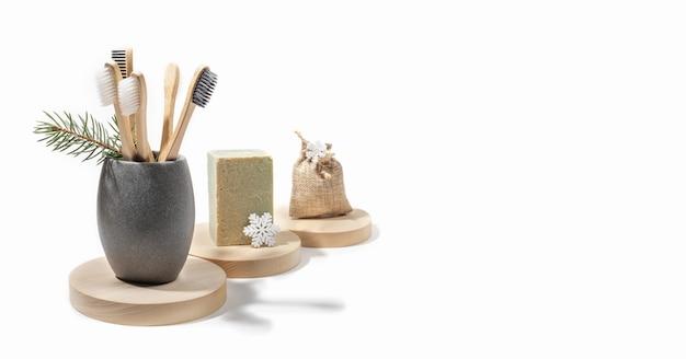 Conceito de natal com produtos de autocuidado naturais ecológicos em tocos de madeira em fundo branco. copie o espaço.