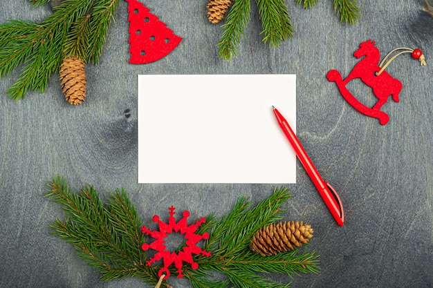 Conceito de natal de escrever metas, planos, carta para o papai noel, desejos. folha de papel entre as decorações. natal, férias de inverno, ano novo conceito.