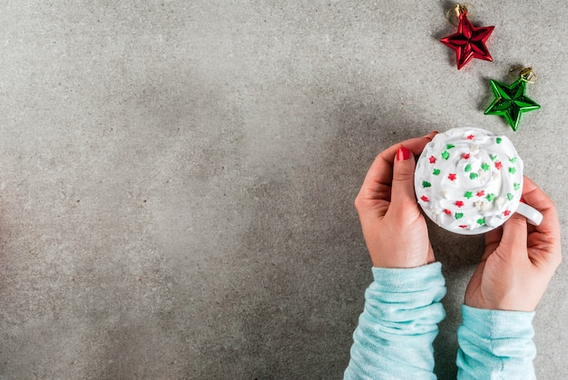 Conceito de natal e ano novo. menina tomando café ou chocolate quente