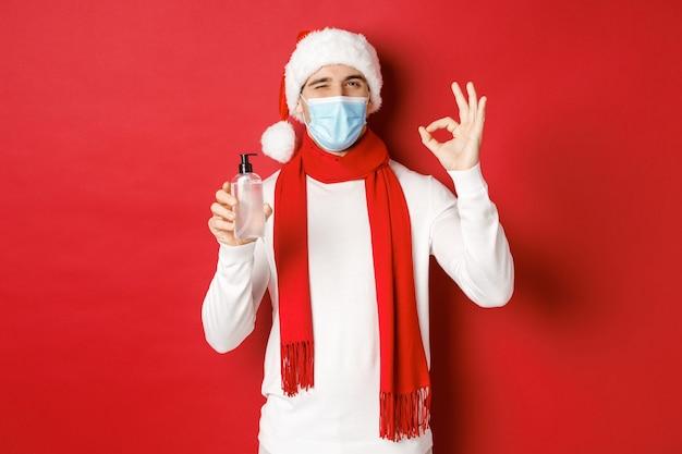 Conceito de natal e feriados cobiçosos durante a pandemia de homem alegre, comemorando o ano novo na medicina.