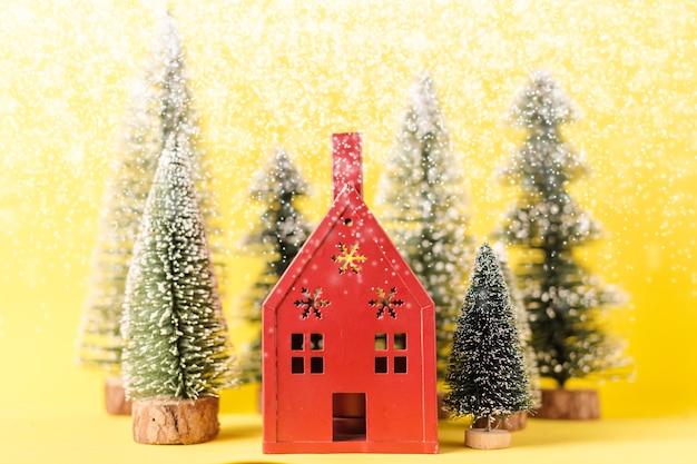 Conceito de natal e newyear com arranjo de itens de decoração casa