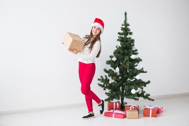 Conceito de natal, feriados e presentes - close-up de um homem segurando muitos presentes