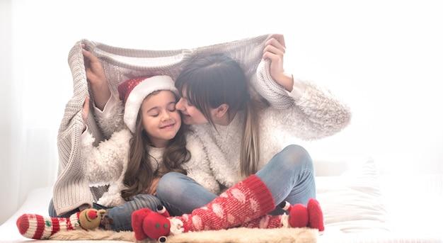 Conceito de natal, mãe e filha brincando