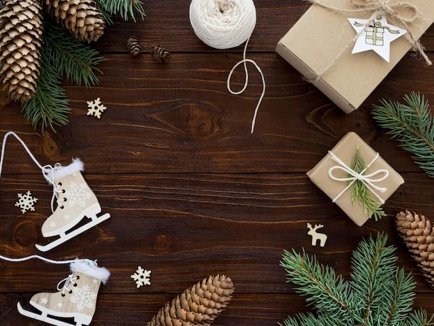 Conceito de natal na mesa de madeira com espaço de cópia