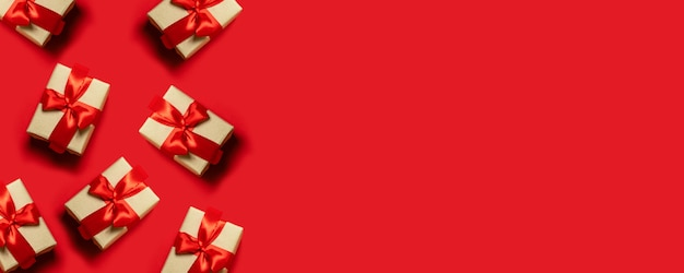 Conceito de natal. presente de ano novo. composição das caixas de presente amarradas com fitas vermelhas, espaço da cópia.