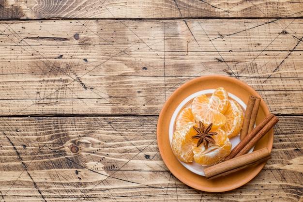 Conceito de natal, tangerinas e paus de canela com anis e nozes