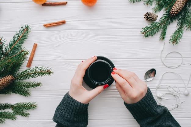 Conceito de natal, wooman segurando a xícara de café