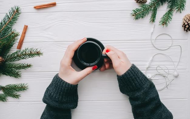 Conceito de natal, wooman segurando coffeee cup