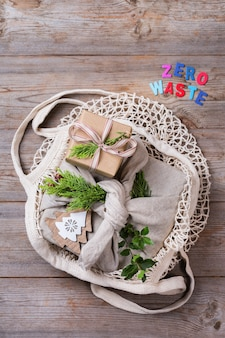 Conceito de natal zero desperdício de caixas de presente artesanais estilo furoshiki