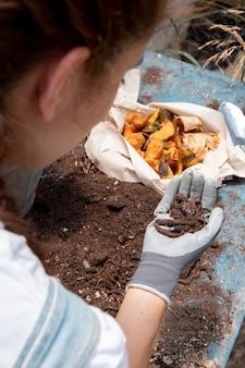 Conceito de natureza morta de compostagem com minhocas