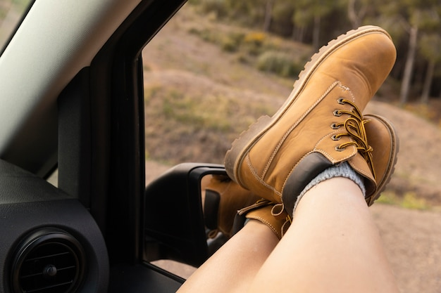 Conceito de natureza wanderlust com mulher viajante
