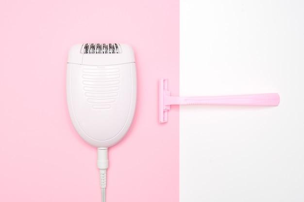Conceito de navalha ou barbeador vs depilador, elétrico vs manual para remoção de pêlos indesejáveis nas pernas e no corpo.
