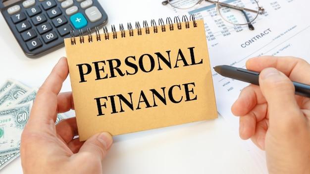 Conceito de negócio - área de trabalho, mesa de escritório e caderno escrevendo finanças pessoais