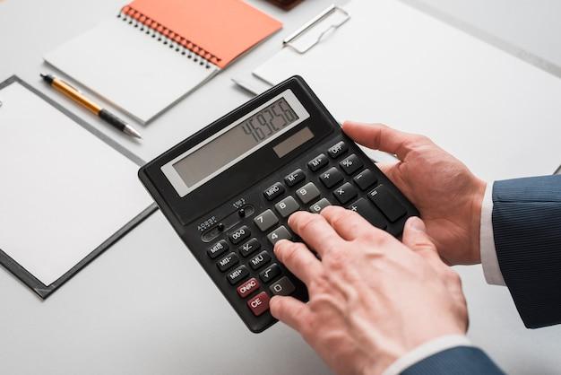 Conceito de negócio com as mãos usando calculadora