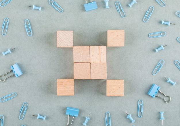 Conceito de negócio com blocos de madeira, clipes de papel, clipes de pasta.