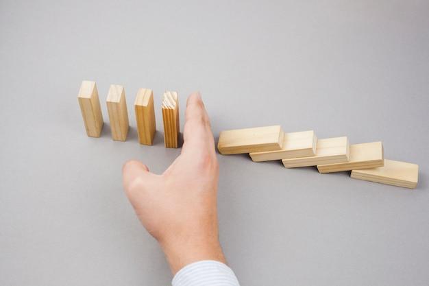 Conceito de negócio com blocos de madeira