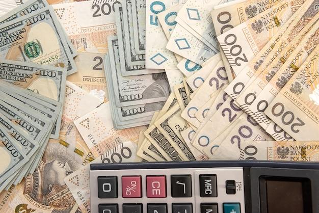 Conceito de negócio com calculadora e notas de polonês pln 200. câmbio ou contabilidade