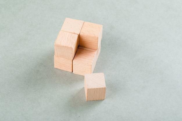 Conceito de negócio com cubo de madeira com um bloco próximo.