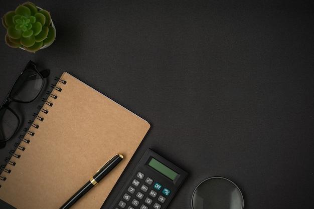 Conceito de negócio com um espaço de cópia em fundo preto flat lay