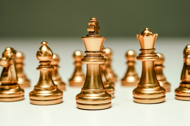 Conceito de negócio de competição de jogo de tabuleiro de xadrez, foco seletivo em peças de xadrez, conceito de negócio de xadrez, líder e sucesso.