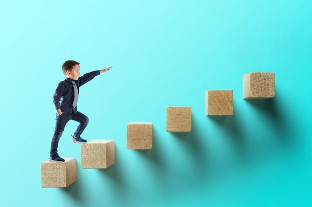 Conceito de negócio de crescimento. jovem empresário subindo na carreira