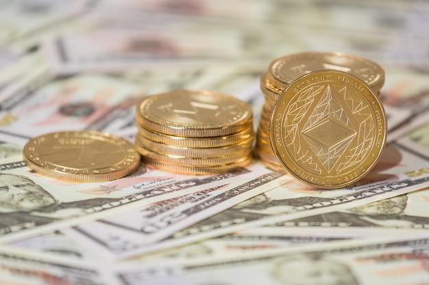 Conceito de negócio de criptomoeda. close-up da moeda etherium de ouro em dólares americanos.
