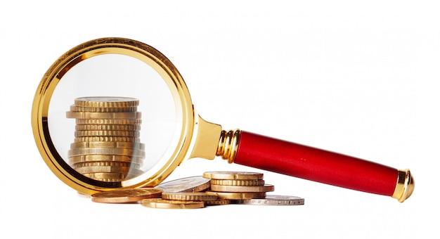 Conceito de negócio de dupla exposição com zoom de lupa e foco na ideia de dinheiro de moedas para finanças