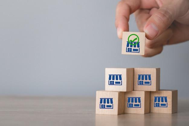 Conceito de negócio de franquia, mão escolha madeira blog com marketing de franquia.