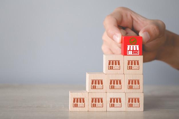 Conceito de negócio de franquia, mão escolher madeira blog com marketing de franquia.
