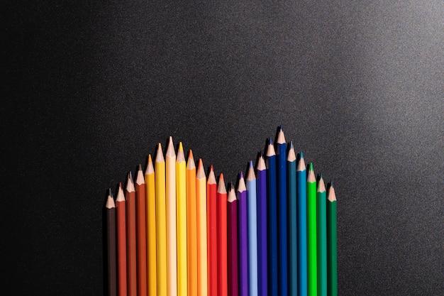 Conceito de negócio de liderança. lápis de cor em fundo preto