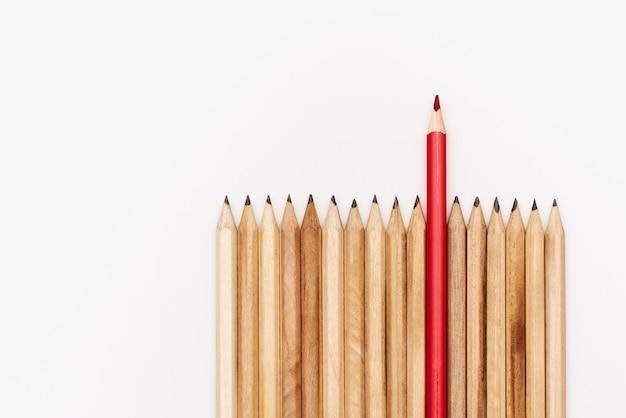 Conceito de negócio de liderança. lápis de cor no fundo branco